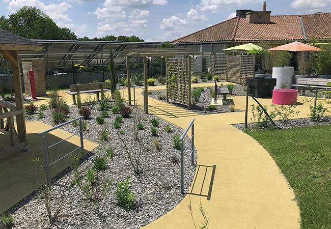 Le jardin thérapeutique avec ses allées accessibles, ses massifs