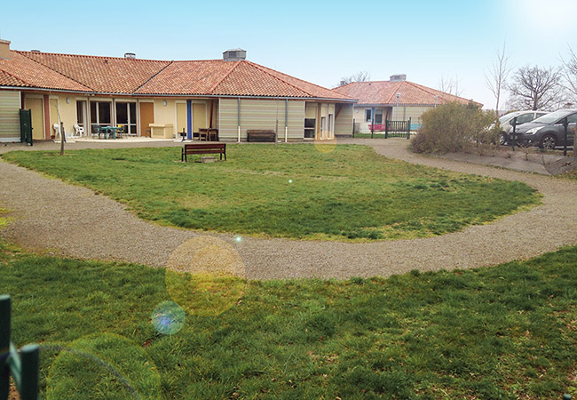 Vue de l'espace vert de l'EHPAD de Confolens avant la réalisation du jardin thérapeutique par Expressions jardin