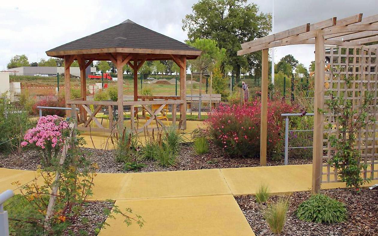 vue d'ensemble du jardin thérapeutique de l'EHPAD Pré de l'étang à Confolens