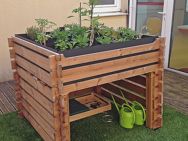 Une jardinière en bois surélevée pour permettre un travail de la terre en restant debout