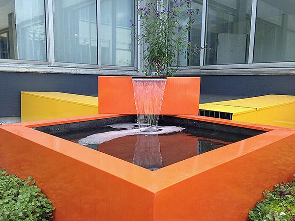 Le patio du service de radiologie du Centre Hospitalier de Limoges, une fontaine avec un design moderne