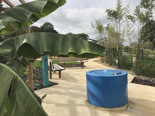 Vue d'ensemble sur le jardin thérapeutique du MAS de Sainte-Féréole, la fontaine
