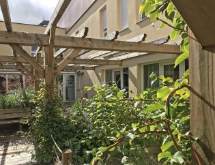 Le patio de l'unité Alzheimer, la végétation florissante