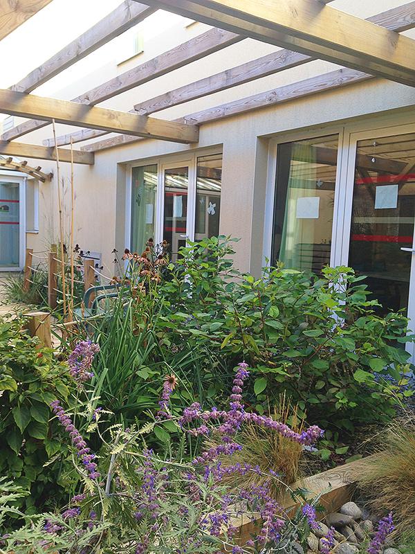 vue du patio de l'EHPAD des 1000 sources, les jardinières aussi sont bien remplies de belles fleurs