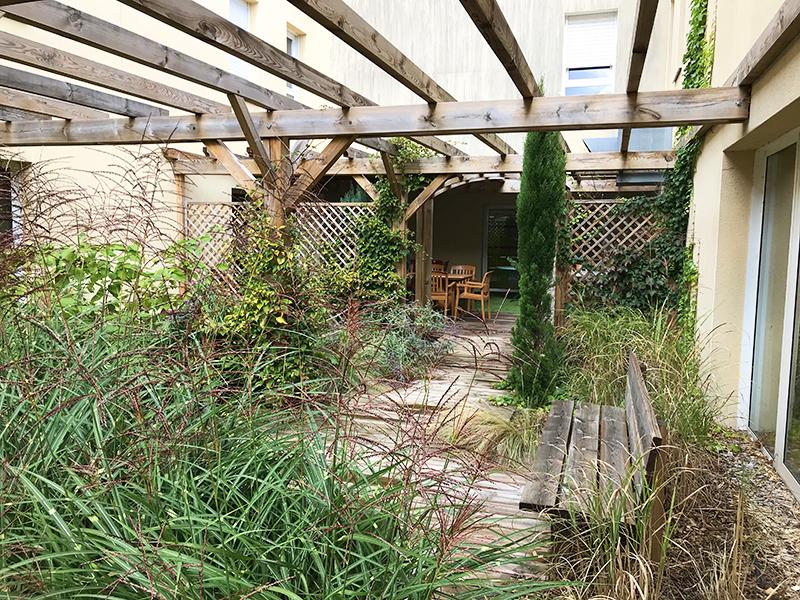 vue du patio de l'EHPAD des 1000 sources, la végétation y est luxuriente