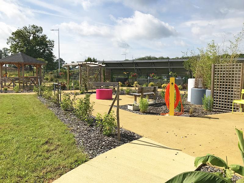 Le point d'eau, central et accessible aux résidents