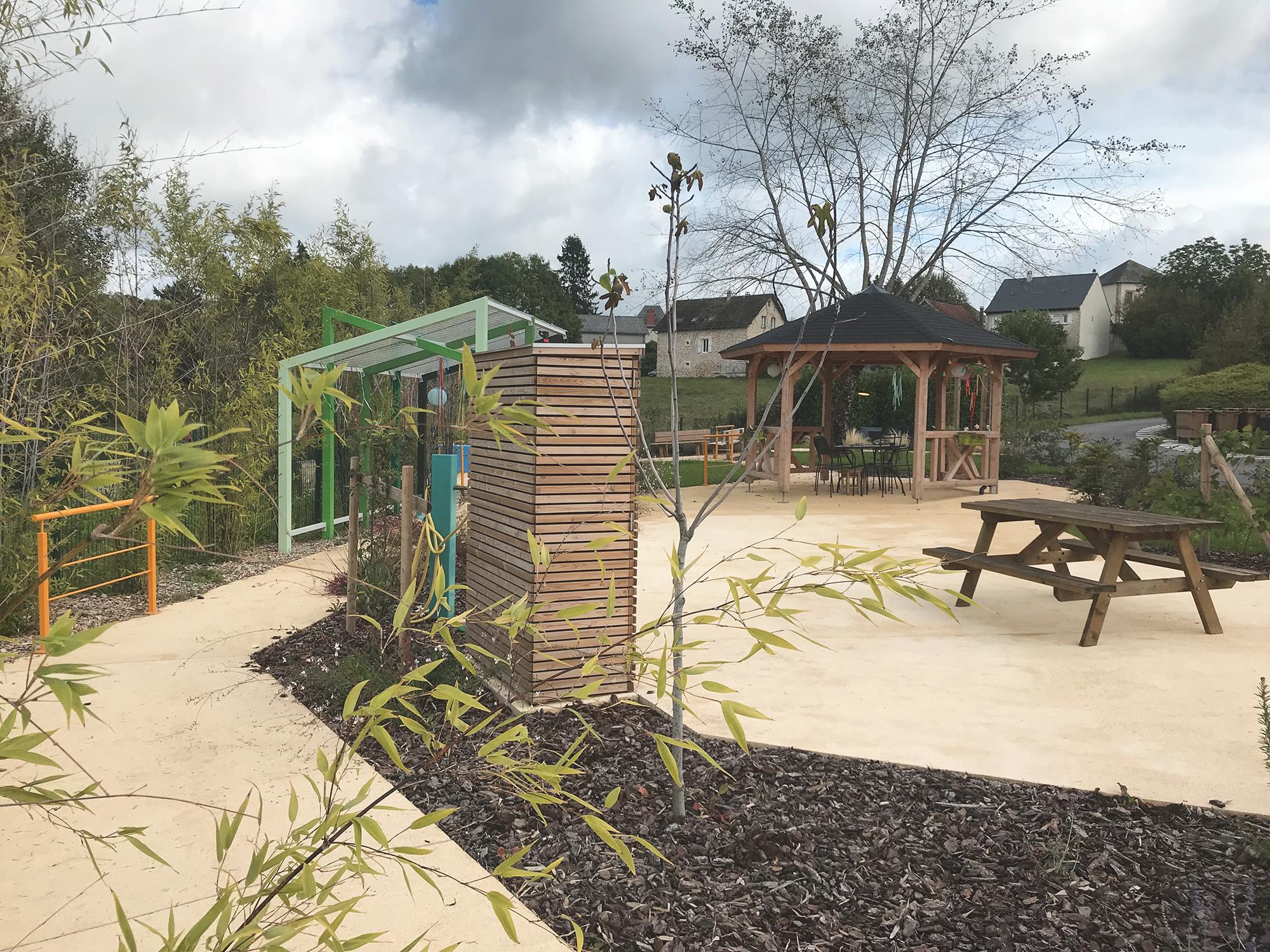 Un espace agréable pour se resourcer au sein du jardin thérapeutique du MAS de Sainte-Féréole