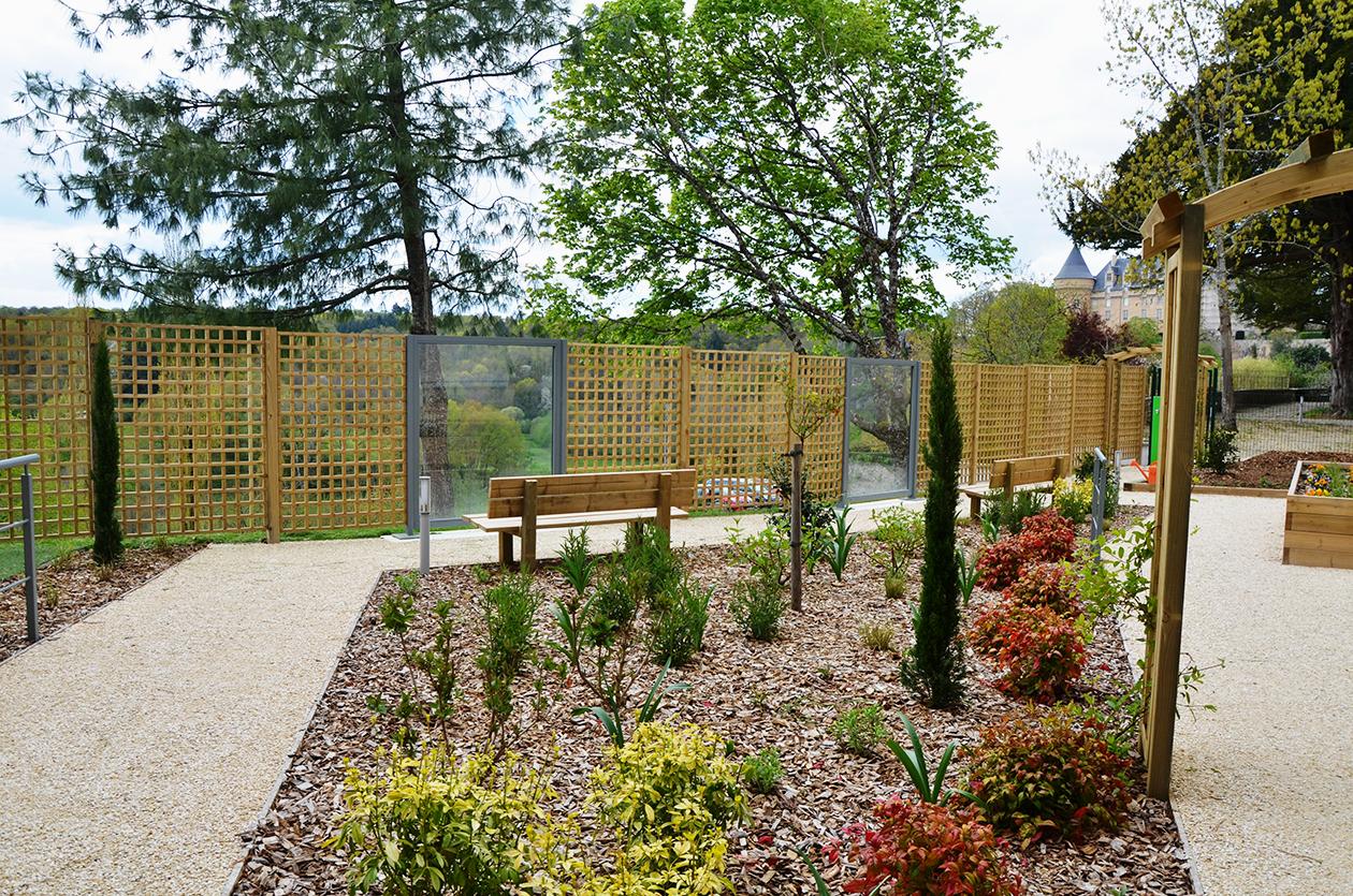 Le jardin thérapeutique du Pôle d'Activités et de Soins Adaptés, une réalisation d'Expressions jardin pour l'EHPAD de Rochechouart, un lieu clos ouvert sur la nature