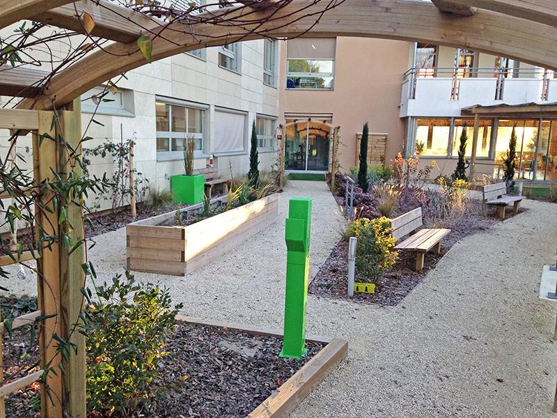 Le jardin thérapeutique, adossé au bâtiment