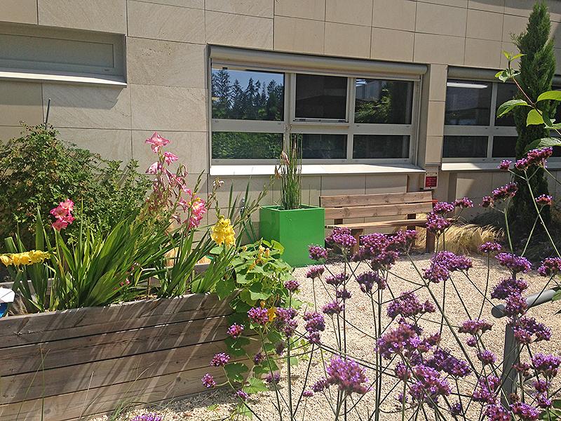 au pied du bâtiment, le jardin thérapeutique
