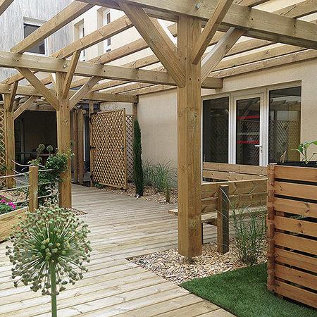Au milieu du bâtiment, le patio avec un aménagement en bois, une atmosphère chaleureuse pour se resourcer